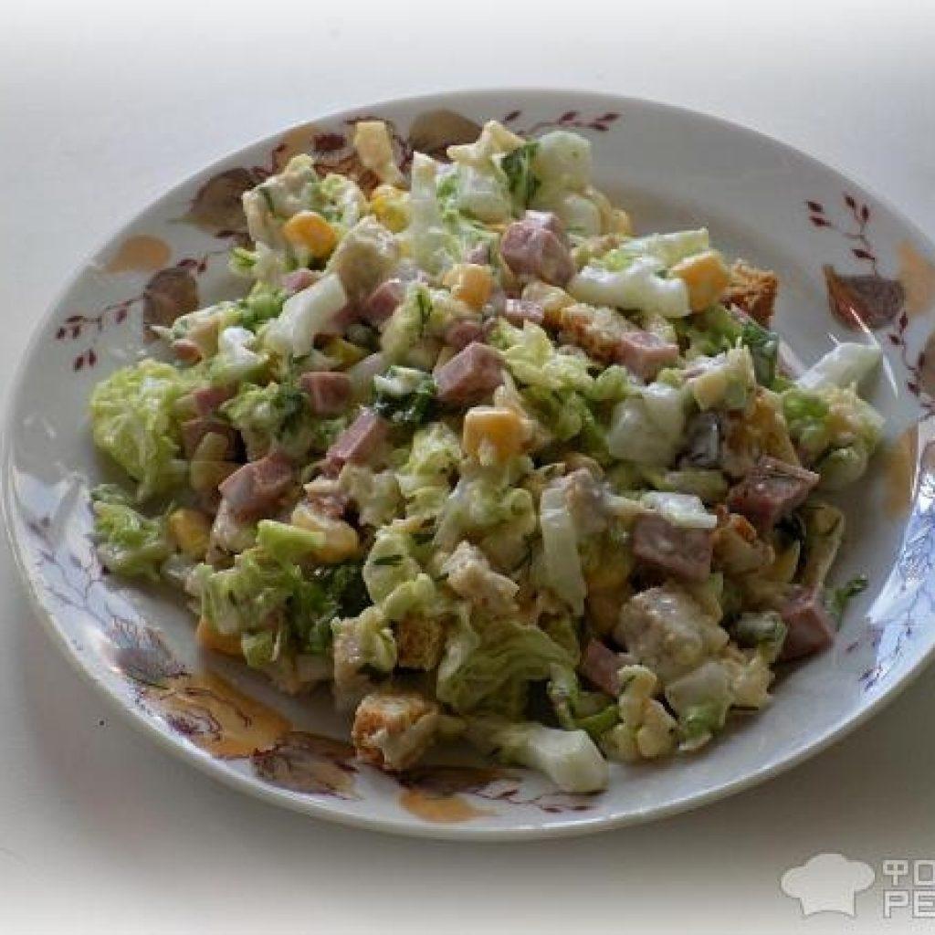 Салат из капусты с колбасой и сухариками пошагово