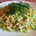 Салат из молодой капусты с кукурузой