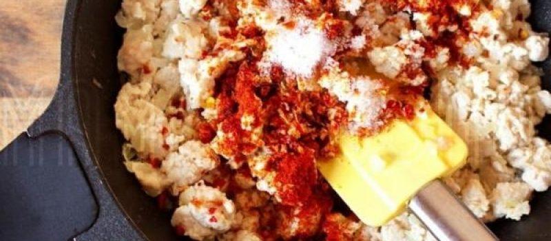 Рецепт: Блинчики на томатном соке — С фаршем из куриной грудки