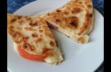 Омлет в лаваше с сыром, помидорами и колбасой, рецепт с фото и видео