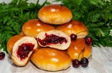 Сдобные пирожки с начинкой из вишни
