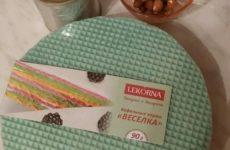 Рецепт: Торт вафельный — со сгущенкой, черникой и миндалем