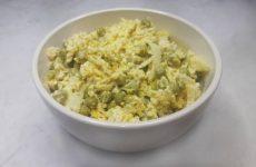 Салат «Чайка» с сыром, яйцами и горошком