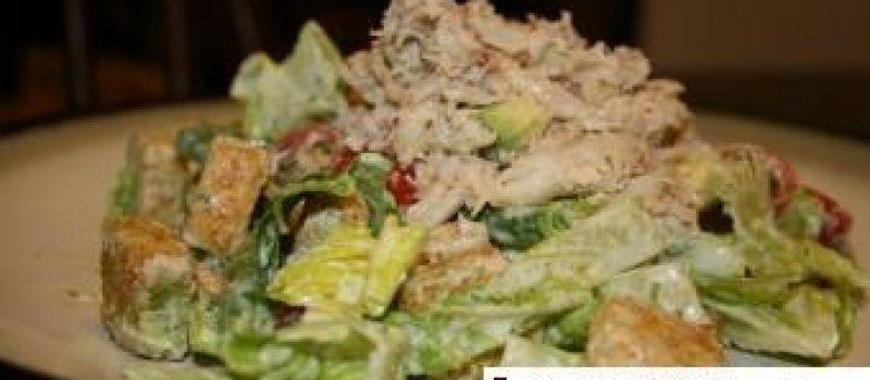 Cалат с крабовым мясом и сухариками