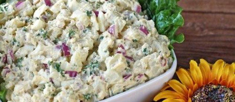 Картофельный салат с красным луком и петрушкой