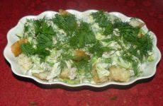 Салат из молодой капусты с тунцом и сухариками
