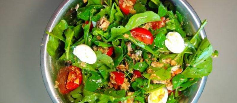 Салат с рыбными консервами, рукколой и перепелиными яйцами, рецепт с фото и видео