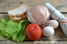 Рецепт: Салат Цезарь с курицей и сухариками — По домашнему