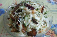 Рецепт: Салат из белокочанной капусты — со свежим огурцом и сливами — витаминный
