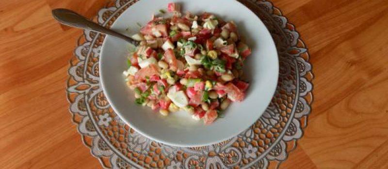 Салат из крабовых палочек с консервированной фасолью и яйцами
