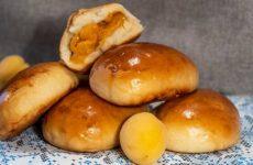 Дрожжевые пирожки на кефире с абрикосовой начинкой