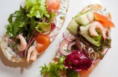 Брускетта с креветками и чесноком, рецепт с фото