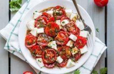 Салат из помидоров и моцареллы с чесноком, рецепт с фото