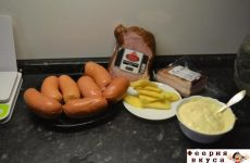 Рецепт: Сардельки, запеченные в духовке — с беконом и сыром