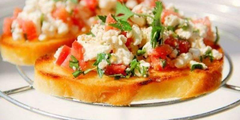 Брускетта с творогом, помидорами и чесноком, рецепт с фото