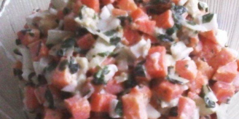 Рецепт: Салат морковный — с маринованным огурцом и яйцами