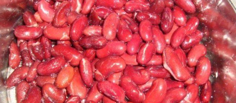 Рецепт: Салат «Фасоль с копченой колбасой» — с сухариками