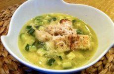 Суп с цукини и гренками