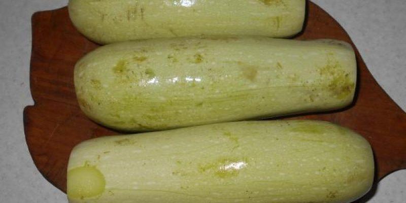 Рецепт: Салат из кабачков — заготовка на зиму — С томатом и чесноком- просто и очень вкусно.