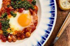 Рецепт: Шакшука из помидоров и нута — с яичницей