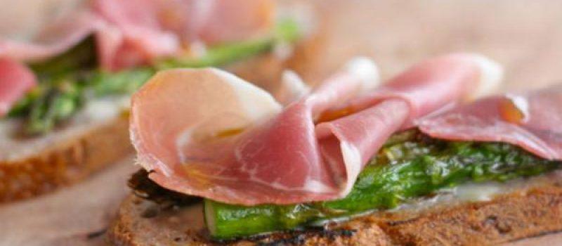Брускетта с мясом, грибами и рукколой, рецепт с фото