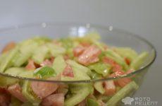 Рецепт: Салат из огурцов и помидоров — С болгарским перцем, чесноком и майонезом!