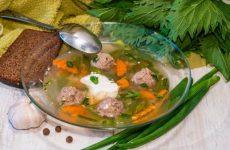 Летний суп с фрикадельками и фасолью