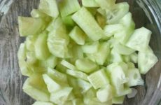 Рецепт: Салат с полосатым тунцом — огурцом и помидорами