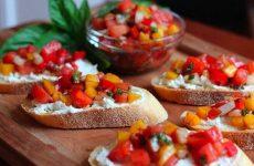 Брускетта с рикоттой, помидорами и красным луком, рецепт с фото