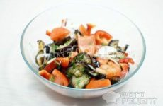 Рецепт: Салат из баклажанов с помидорами — С креветками