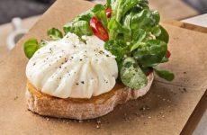 Брускетта с яйцом пашот, беконом и помидорами, рецепт с фото