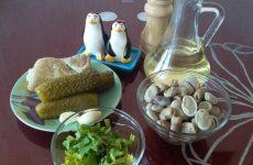Рецепт: Салат из домашних бобов — с солеными огурцами и свининой