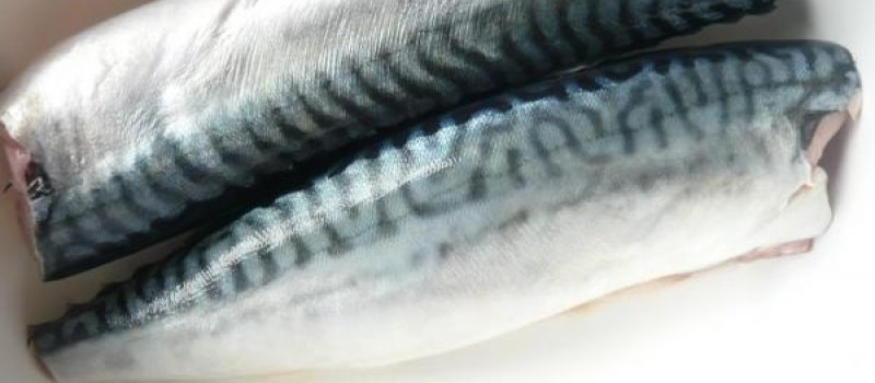 Рецепт: Маринованная скумбрия — Ленивый способ, в огуречном рассоле