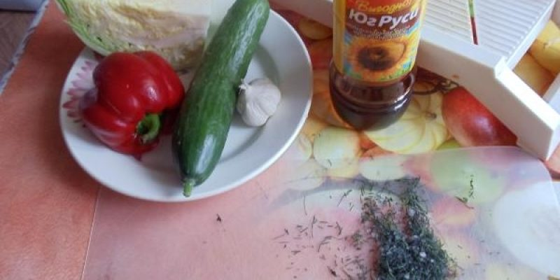 Рецепт: Салат из белокочанной капусты — с болгарским перцем и огурцом