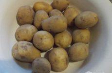 Рецепт: Картофель запеченный в духовке с салом — в фольге.