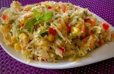 Сочный салат из квашеной капусты