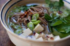 Мисо-суп с лапшой соба и водорослями вакаме, рецепт с фото