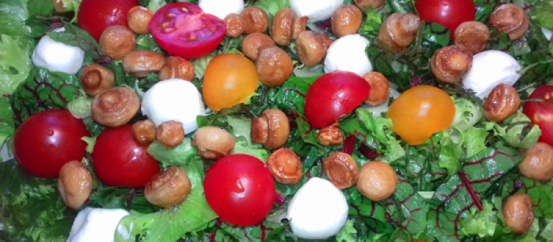 Рецепт: САЛАТ ИЗ МАНГОЛЬДА, РУККОЛЫ, ГРИБОВ И МОЦАРЕЛЛА — с медово-оливковым заправочным соусом.