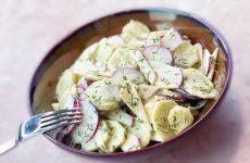 Весенний салат из редиски, огурцов и яблока со сметаной
