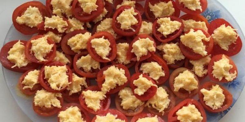 Рецепт: Закуска к столу «Вкусные помидоры с сыром и чесноком» — По-домашнему