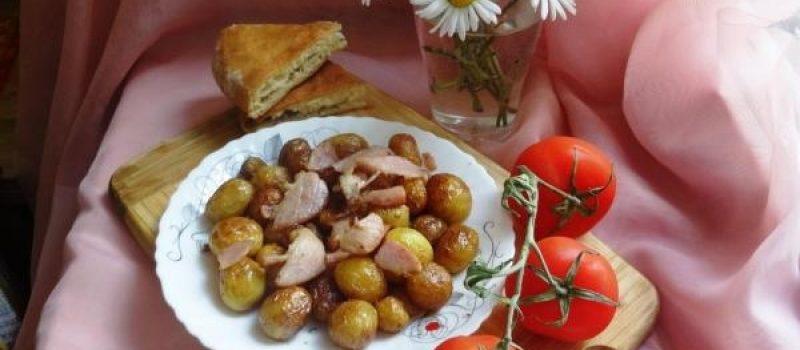 Рецепт: Молодой картофель жареный в мундире с копченостью — Ранней весной обязательно нужно приготовить это вкусное блюдо.
