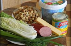 Рецепт: Салат «С пекинской капустой» — с сухариками, колбасой и консервированной кукурузой